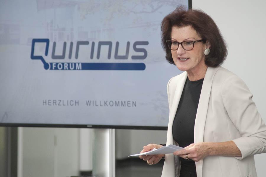Regierungspräsidentin Gisela Walsken übergibt den Förderbescheid für das deutschlandweit erste Kompetenzzentrum für regionale Energiesicherheit